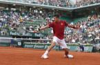 El serbio Novak Djokovic devuelve un tiro en su partido de tercera ronda del Abierto de Francia ante el británico Aljaz Bedene en París, Francia el sábado 28 de mayo de 2016. (AP Foto/Alastair Grant)